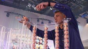 Un operario coloca las bolas en los tubos para el sorteo de la Grossa de Cap dAny.