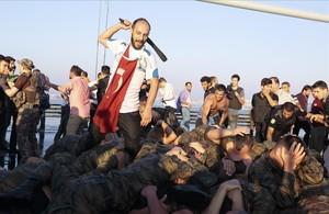 Un grupo de civiles golpea a soldados que se rindieron en Estambul.