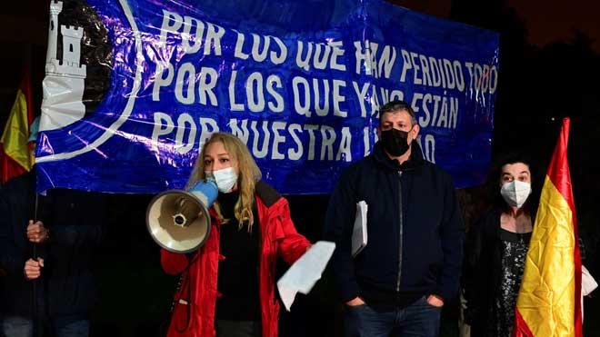 Un grupo de manifestantes protestan contra Sánchez frente a la Moncloa