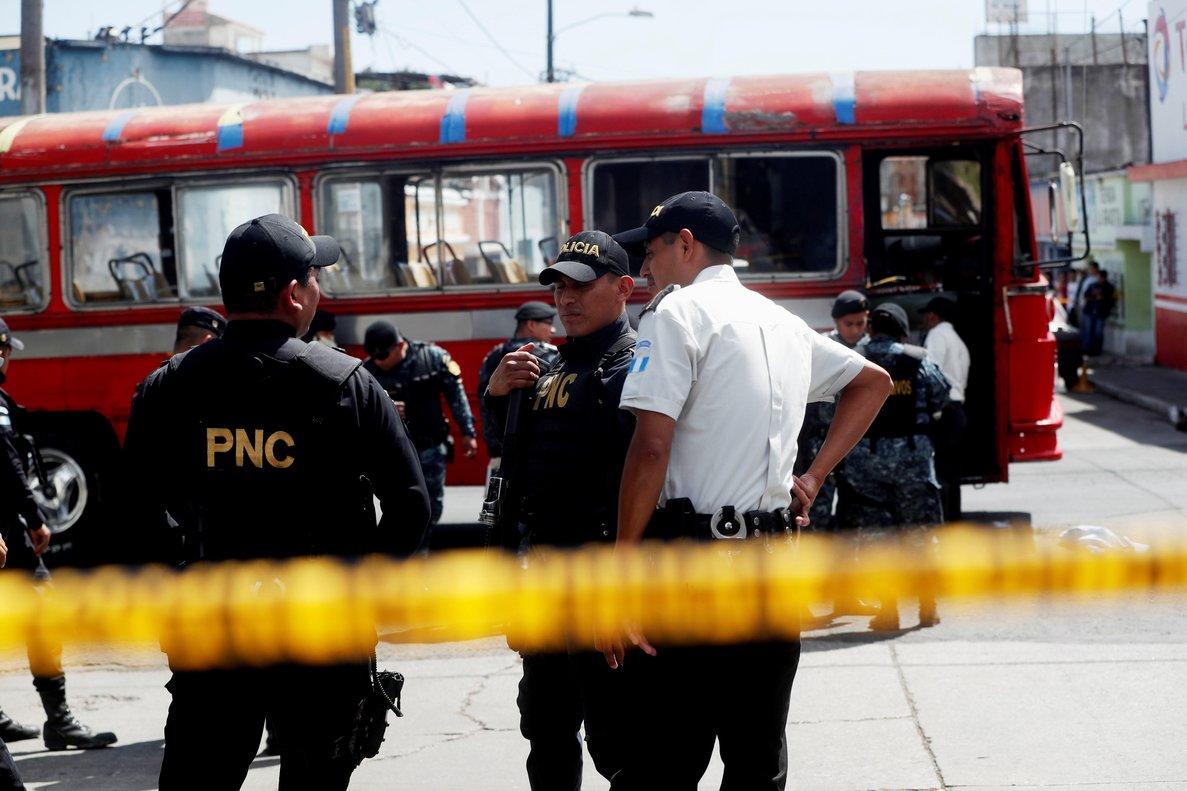 Policias expertos en explosivos trabajanen el lugar donde se produjo la detonacion de una granada en un autobus de pasajerosen Ciudad de GuatemalaGuatemalaEFE Esteban Biba