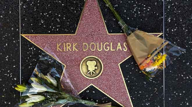 Homenaje a Kirk Douglas en el paseo de la Fama de Hollywood.