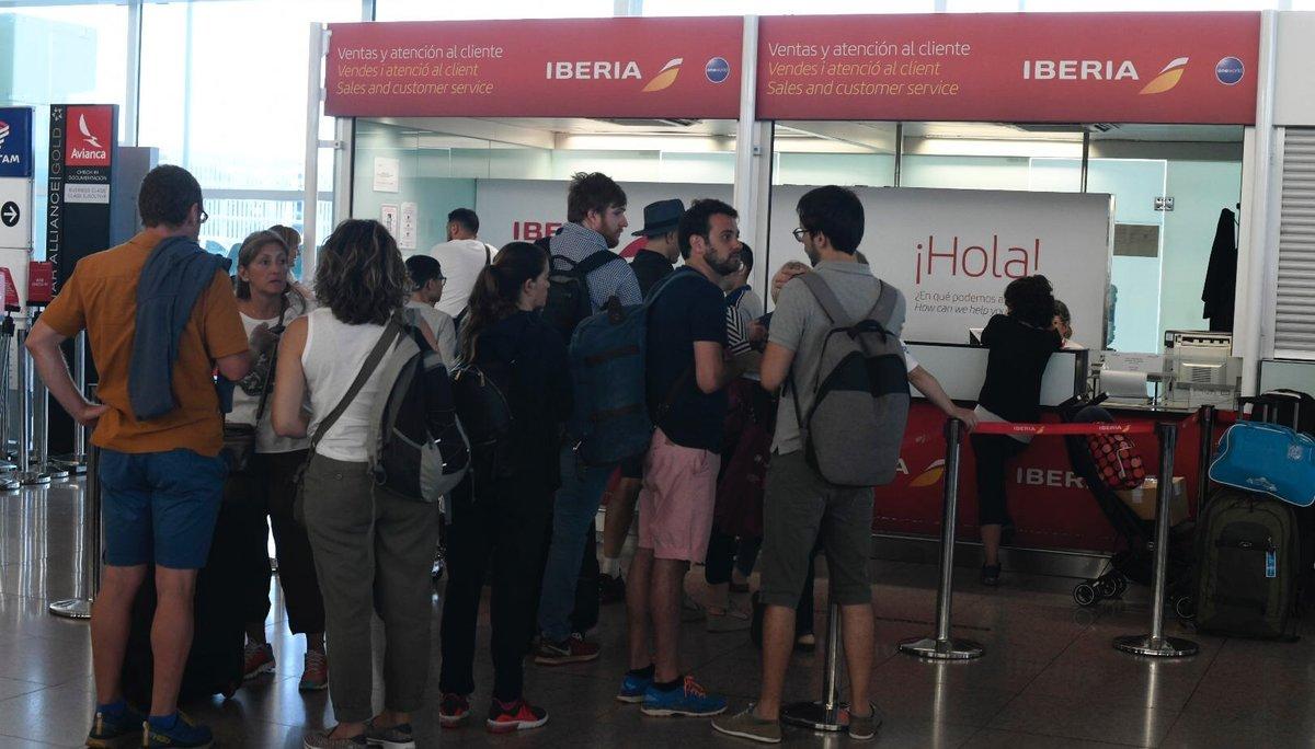 Normalidad en el aeropuerto de El Prat a primera hora de la mañana durante la jornada de huelga convocada por el personal de tierra de Iberia.