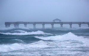 El huracán Isaías provoca lluvias y mareas muy altas.