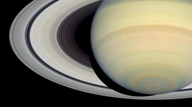 Imagen de Saturno y sus anillos concéntricos obtenida por el observatorio espacial Hubble en el año 2004.