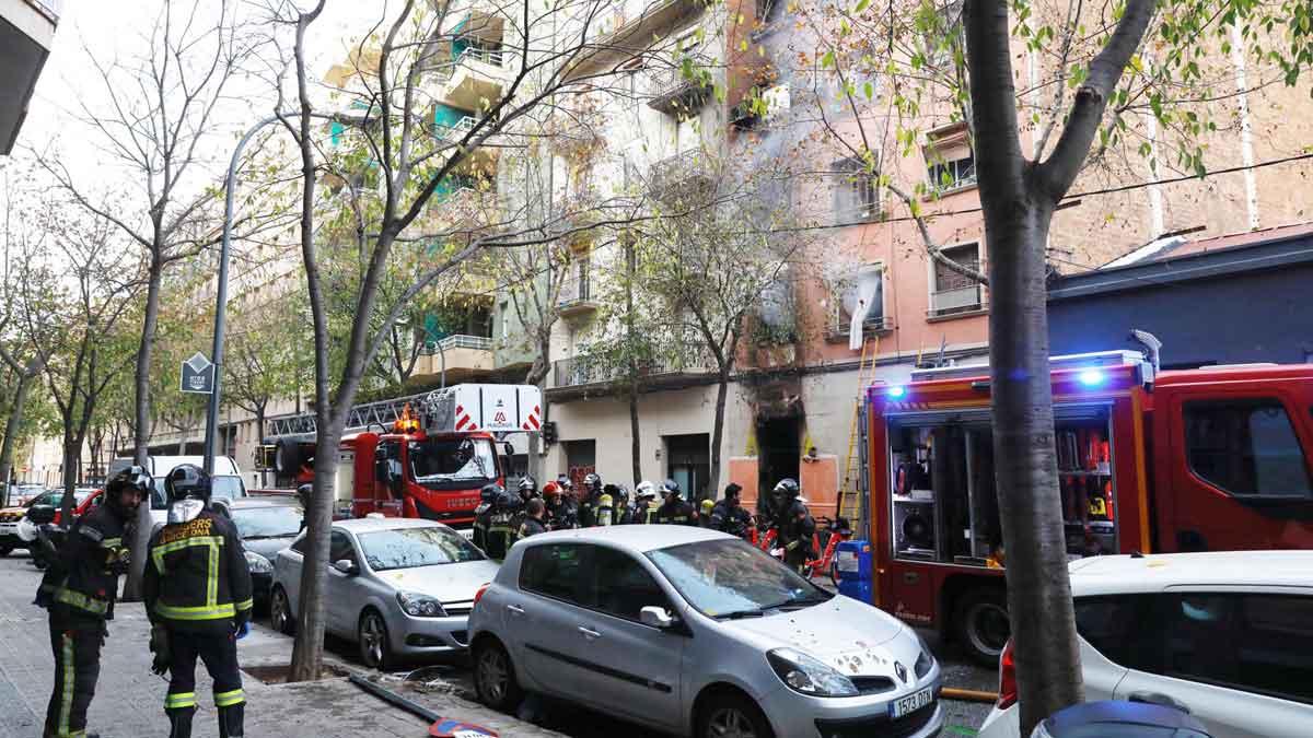 Incendio en un edificio de la calle de Enamorats, en Barcelona.