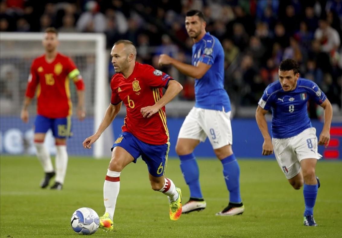 Iniesta se va de Florenzi durante el Italia-España jugado en el Juventus Stadium de Turín.