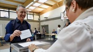 El lendakari, Iñigo Urkullu, vota en su colegio electoral de Durango (Vizcaya).
