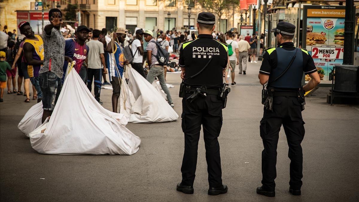 Operación policial contra el top manta en la plaza de Catalunya.