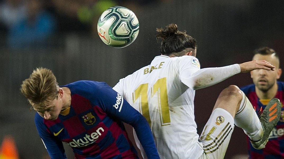 De Jong y Busquets pugnan por un balón con Bale durante el clásico.