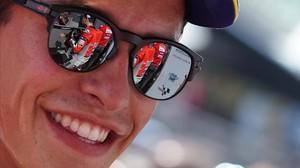 Jorge Lorenzo (Ducati) aparece reflejado en las gafas de Marc Márquez (Honda), en la parrilla de Spielberg (Austria).