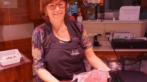 Encarna Gonzalez, propietaria del puesto Carnisseria Arias en el mercado de Santa Caterina.