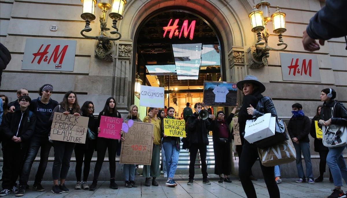 Jóvenes de Friday's for Future protestan por el Black Friday