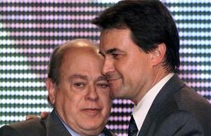Jordi Pujol y Artur Mas se abrazan en un congresode CDCen Cornellà, en el año 2000, que ungió al segundo como sucesor del primero.