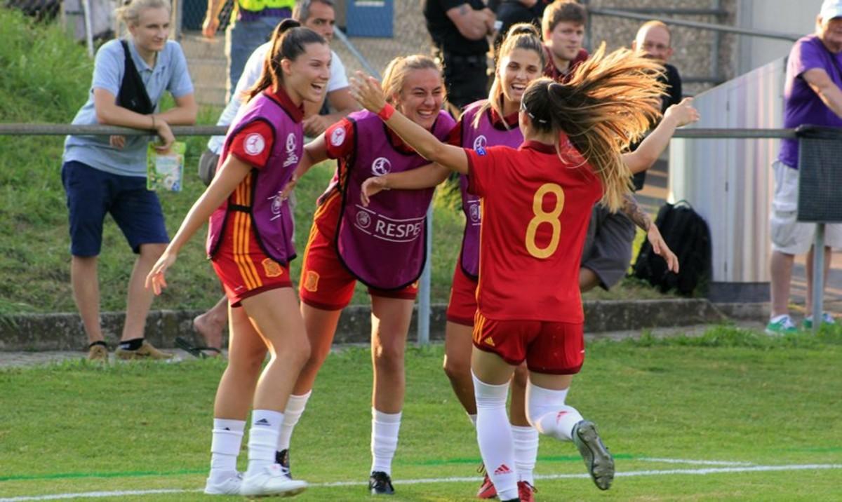 Jugadoras de la selección española sub-19 celebrando el pase a las semifinales del Europeo