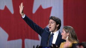 Justin Trudeau y su esposa Sophie Gregoire Trudeau celebrando la victoria en Montreal.