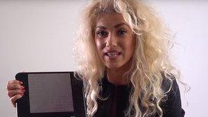 Kristina Tsvetanova muestra la tableta que convierte contenidos a braille.