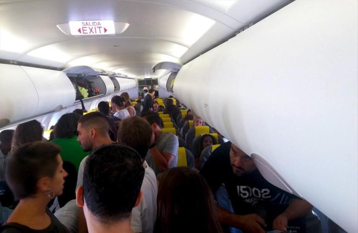 Pasajeros del vuelo de Vueling con destino a Dakar se niegan a sentarse para impedir la expulsión.