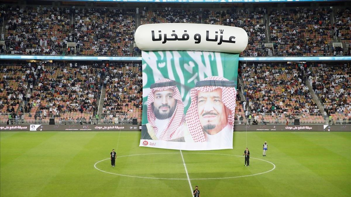 Las caras del rey Salman bin Abdulaziz y su hijoMohamed bin Salman, en el descanso del partido de Supercopa entre el Valencia y el Real Madrid, en Yeda.