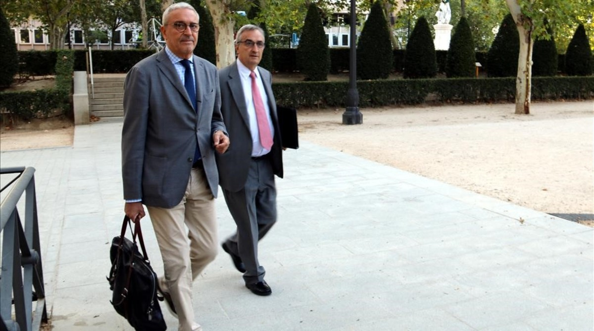 El letrado Xavier Melero llega a la Audiencia Nacional con el presidente de CDC, Vicenç Mauri.