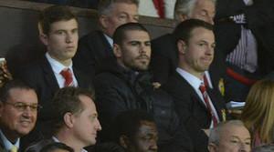 L'exporter blaugrana Víctor Valdés, assegut a les grades d'Old Trafford, durant el partit entre el Manchester United i el Chelsea.