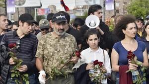 Nikol Pashinyan (segundo por la izquierda) encabeza una marcha hacia el monumento de las víctimas del genocidio armenio, para conmemorar el 103 aniversario de la masacre, en Yereván, el 24 de abril pasado.