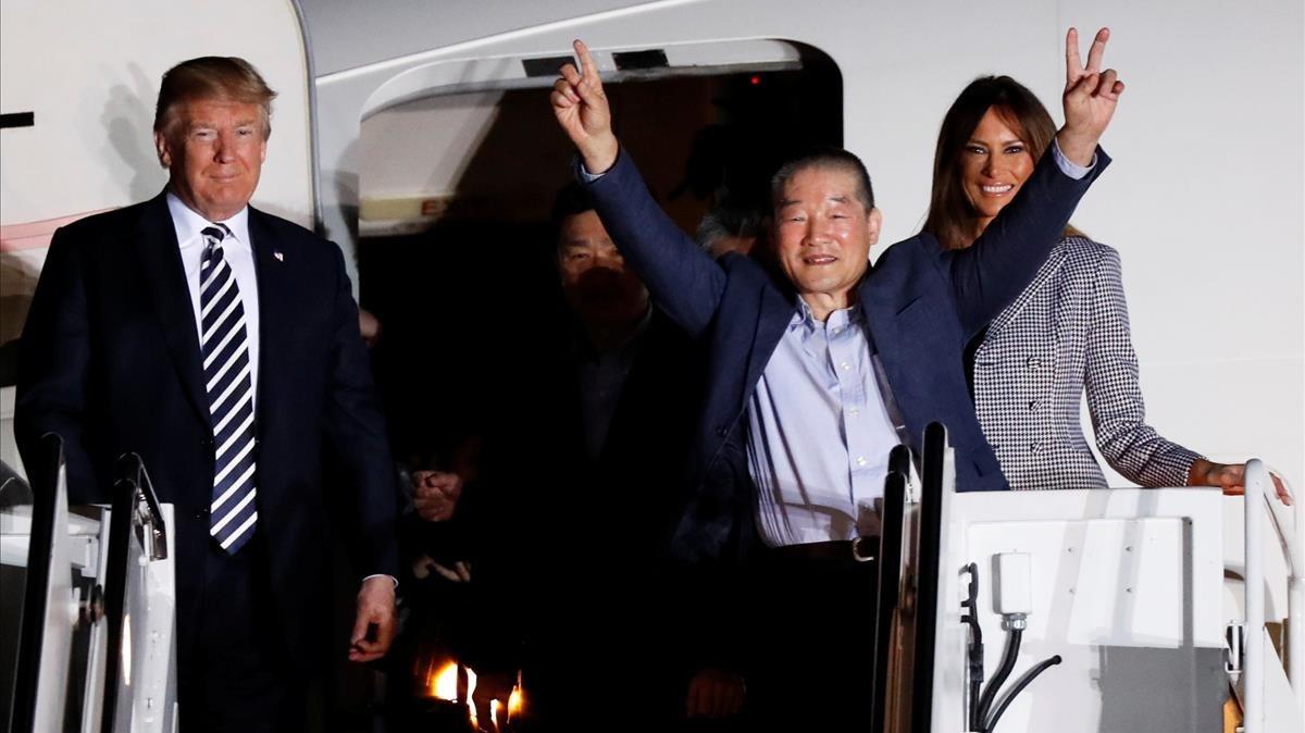 Trump y su mujer Melanis junto a los tres liberados.