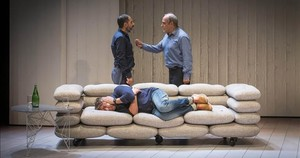 Lluiís Villanueva y Francesc Orella, de pie, y Pere Arquillué, tumbado en el sofá, en una escena de Art.