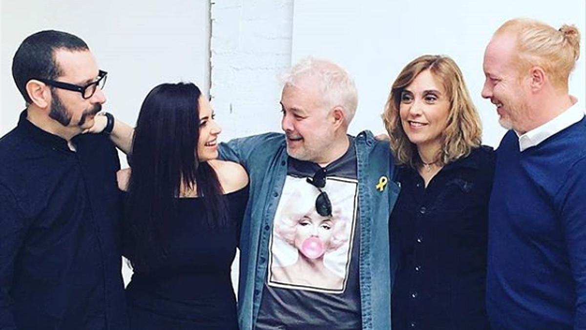 De izquierda a derecha, David Muñoz (el dado), Yolanda Ventura (la ficha amarilla),Tino Fernández (la ficha roja), Gemma Prat (la ficha verde) y Frank Díaz ( la ficha azul)en la actualidad, tras el reciente reencuentro de Parchís.