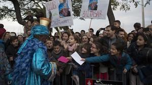 Los niños entregan sus cartas al rey Baltasar, en la cabalgata del 2017 en Barcelona.
