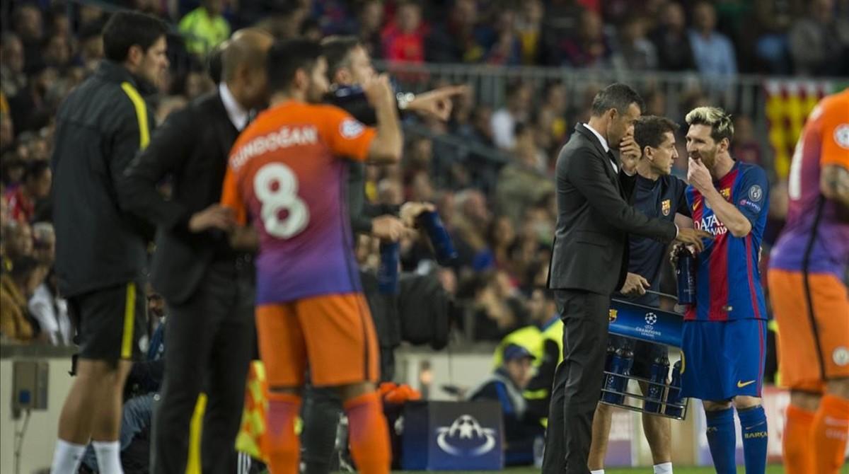 Luis Enrique habla con Messi; Guardiola, con Gundogan, en el Camp Nou.