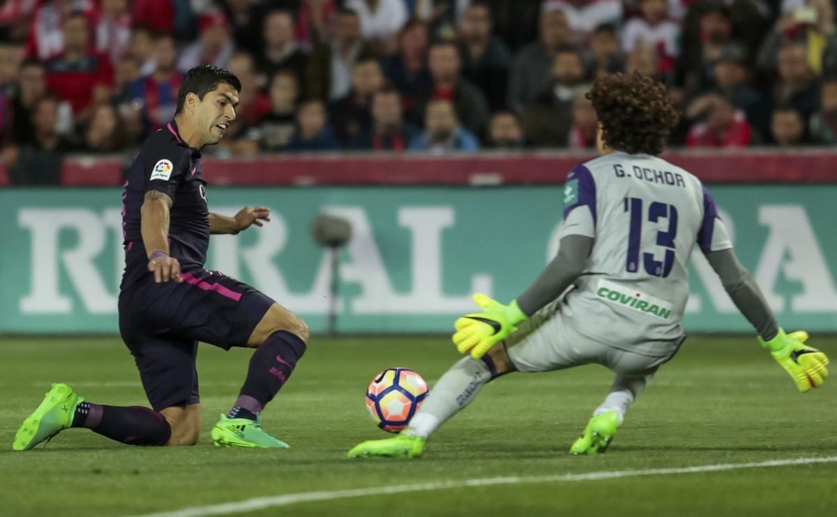 Luis Suárez intenta superar la salida del meta del Granada Ochoa