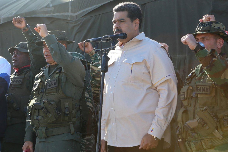 El presidentde de Venezuela, Nicolás Maduro,presenciaun ejecicio militar.REUTERS