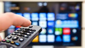 El mando a una Smart TV (televisión inteligente).