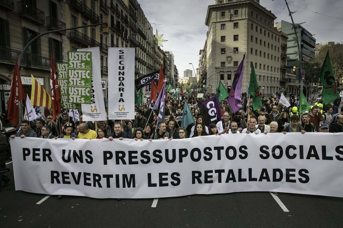 Manifestación de médicos, profesores, estudiantes y funcionarios en Barcelona.