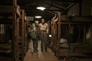 Mar Targarona y Mario Casas en el rodaje de 'El fotógrafo de Mathausen' en Terrassa.