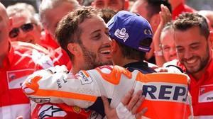 Marc Márquez abraza a Andrea Dovizioso, en Austria.