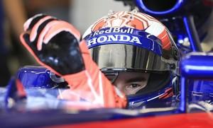 Marc Márquez se enfunda los guantes en el interior del Red Bull F-1, hoy, en Spielberg (Austria).
