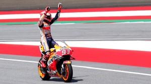 Marc Márquez (Honda) responde a las felicitaciones que el público austrico le ha enviado esta mañana tras conseguir su pole nº 77.