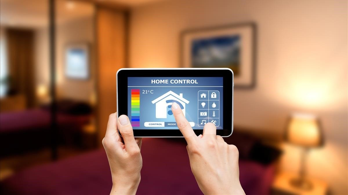 Las casas inteligentes conectan los dipositivos de la casa, que se pueden gestionar con un solo clic desde una app