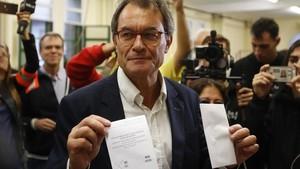 Mas vota ante decenas de medios en el Col.legi Infant Jesús, en el referéndum del 1 de octubre, en Barcelona.