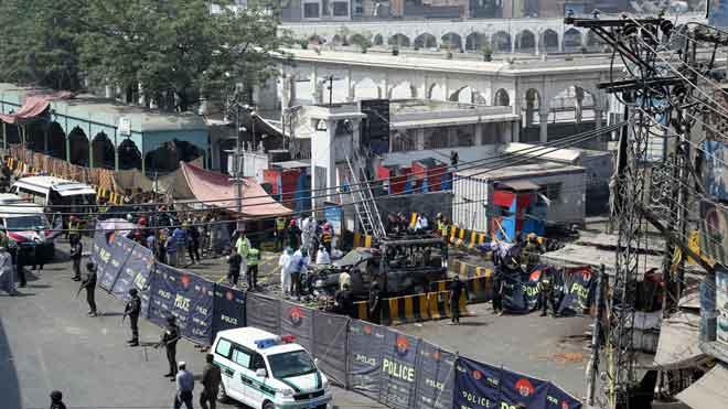 Al menos 8 muertos y 25 heridos en ataque suicida en templo sufí en Pakistán.