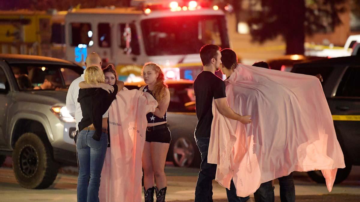 Al menos 12 muertos en un tiroteo durante una fiesta universitaria en California.