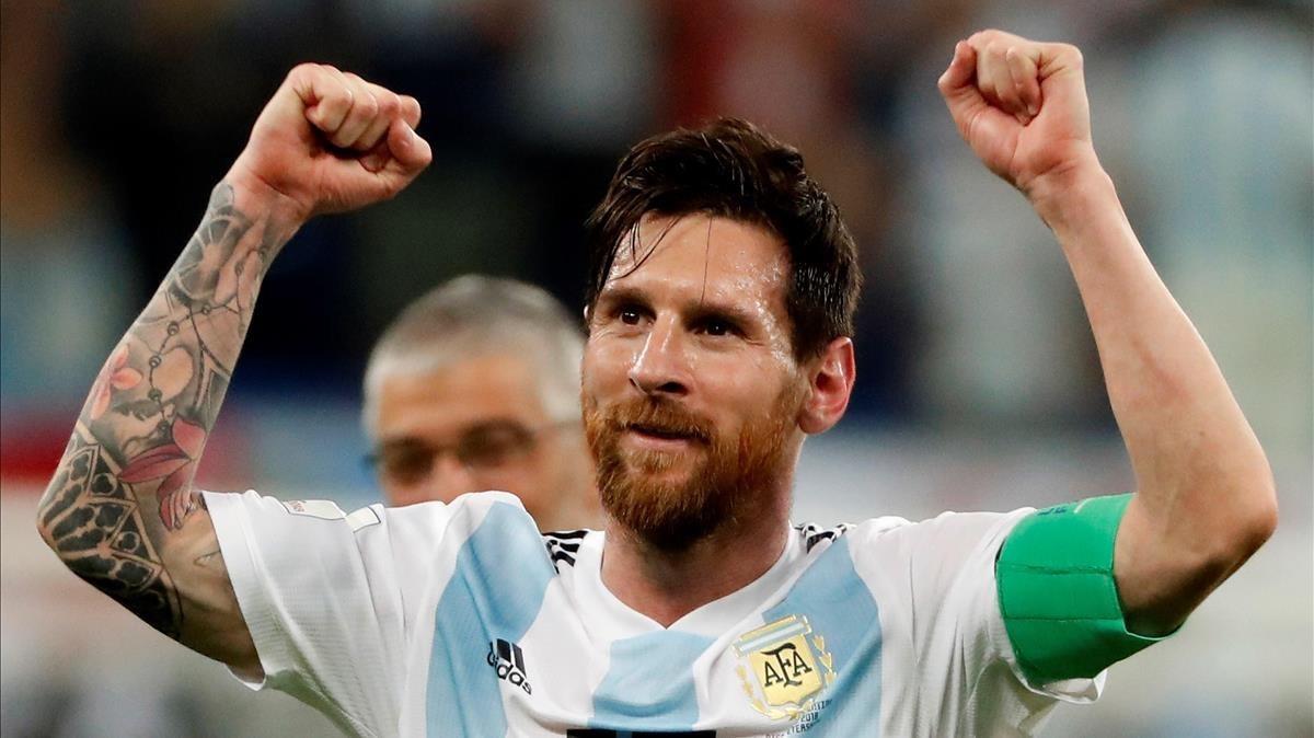 Messi festeja en San Petesburgo el pase a los octavos de final del Mundial.
