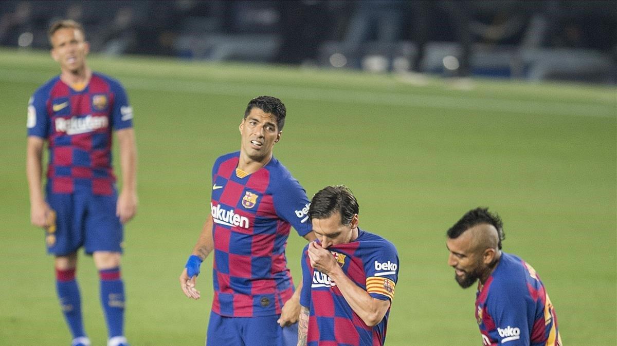 Messi, pensativo entre Suárez, Arturo Vidal y Arthur en el Barça-Athletic.