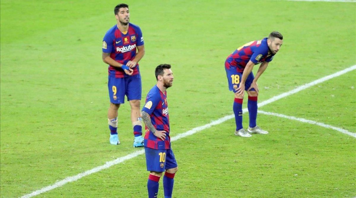 Messi, Suárez y Alba, abatidos tras la derrota ante el Atlético.
