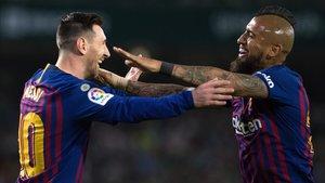 Messi y Vidal se abrazan tras uno de los goles del argentino.