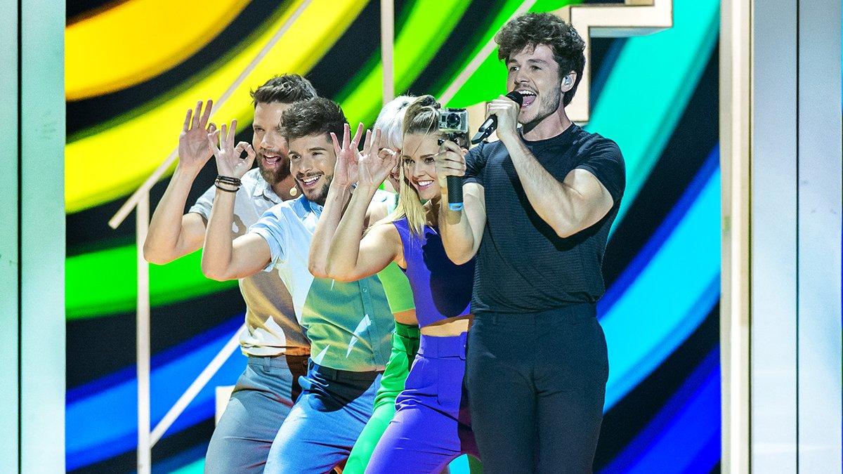 Miki y sus bailarines en el escenario de Eurovisión.
