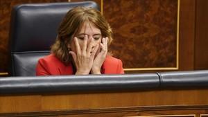 La ministra Dolores Delgado, escuchando a la oposición, durante un pleno en el Congreso de los Diputados.
