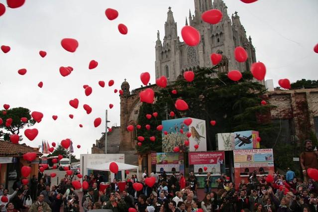 Un momento del despegue de globos con forma de corazón en la pasada edición de la Festa del Cor en el Tibidabo.