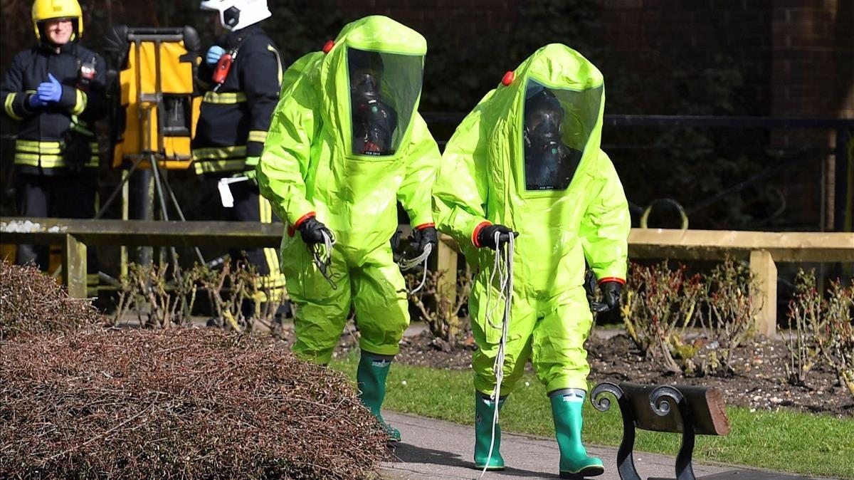 Miembros de los servicios de emergencia llegan al lugar donde fueron envenenados con Novichok el exespía ruso Sergei Skripal y su hija Yulia, el 8 de marzo.